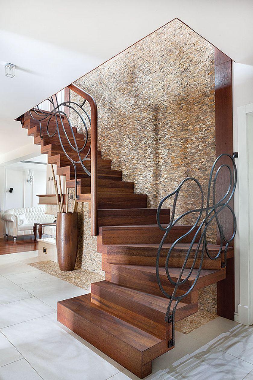 W przestronnym holu można było pozwolić sobie na imponujące schody na górę.