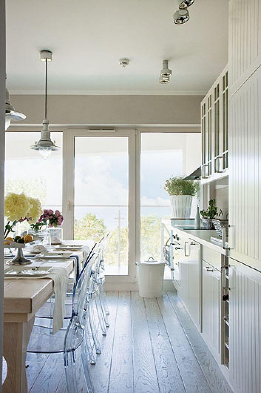 Białe szafki IKEA. Biały apartament nad morzem