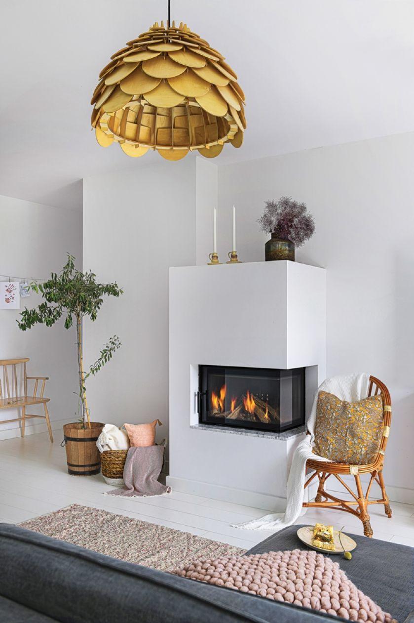 biały salon w stylu skandynawskim z kominkiem