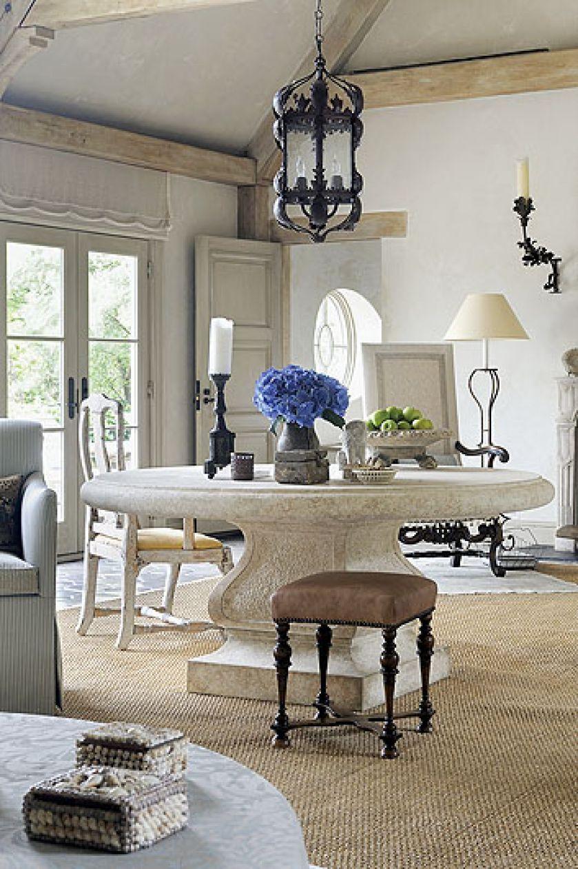 Naturalne materiały: lniane kotary, drewniane belki i kamienna podłoga.