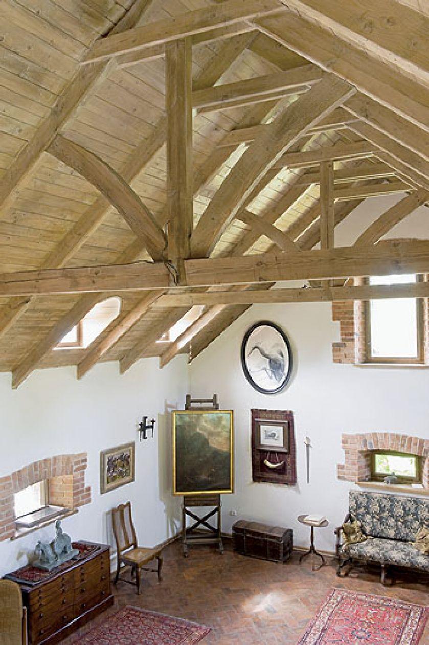Odbudowany spichlerz historyka sztuki i projektanta wnętrz. Dom wyrasta wprost z krajobrazu, jest jego częścią.