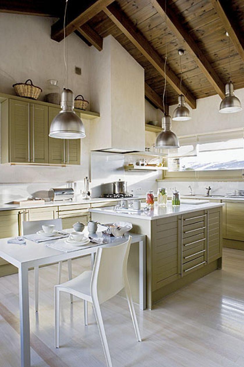 Proste szafki kuchenne zyskały ciekawy wygląd dzięki kolorowi.