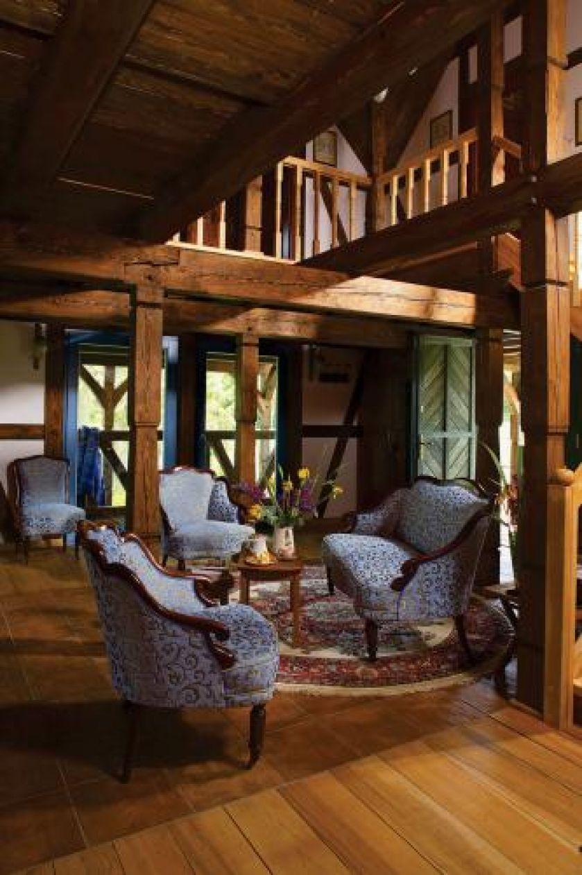 W salonie znajduje się kanapa i fotele.