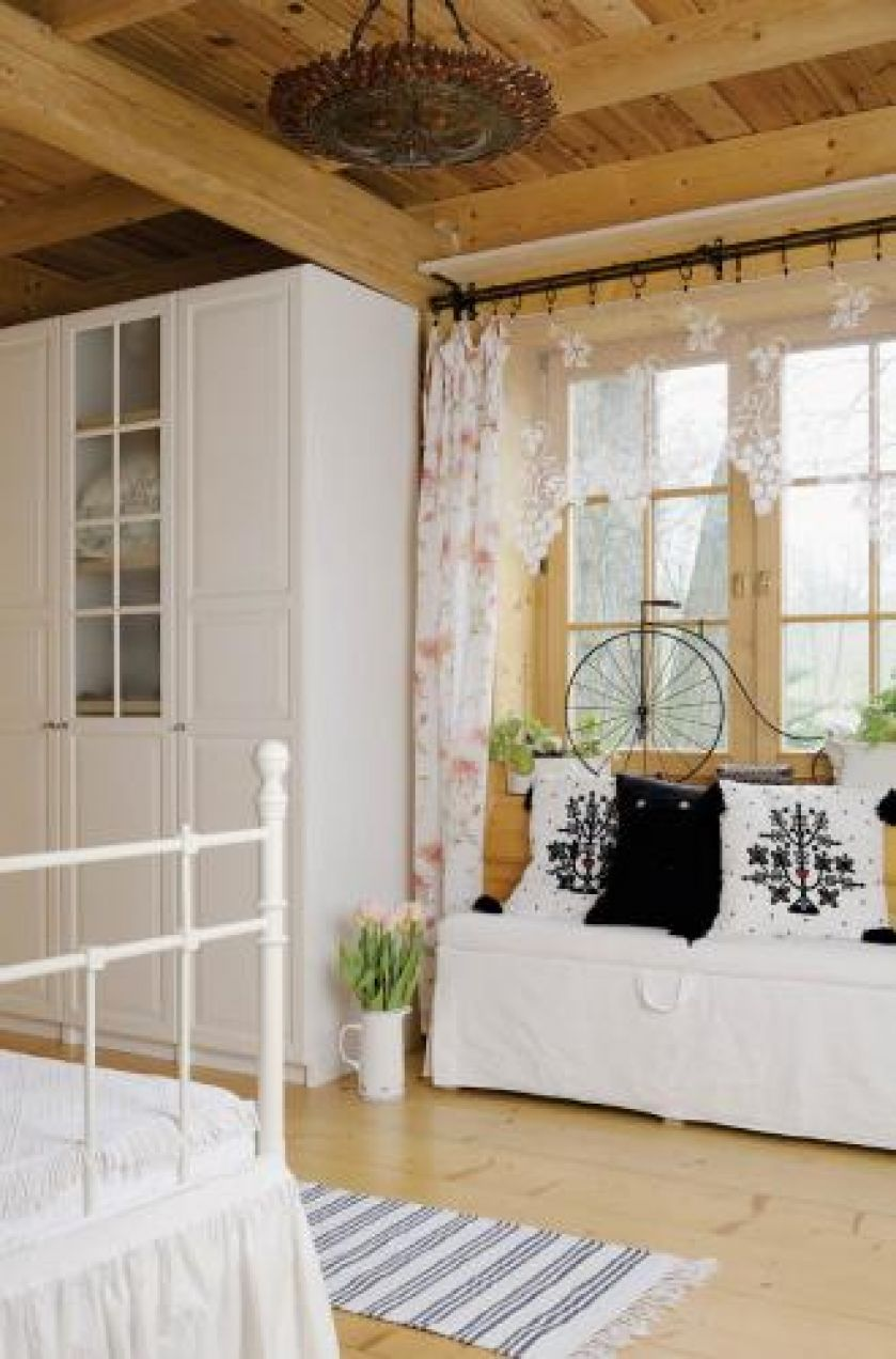 W sypialni dominują motywy roślinne.