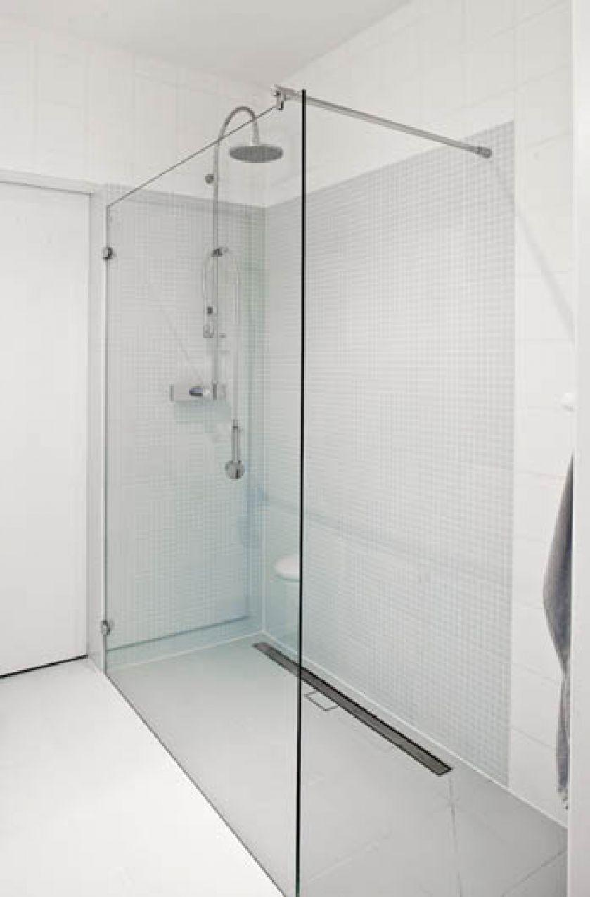W łazience modny prysznic, którego praktycznie nie widać.