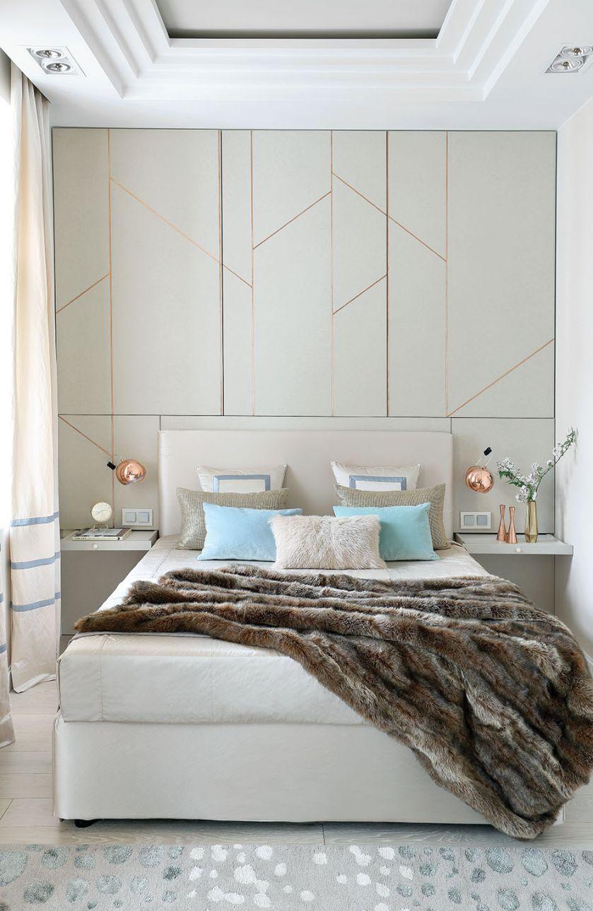 Futrzane poduszki i kapa oraz błyszczące dodatki wprowadziły do sypialni nutę glamour.