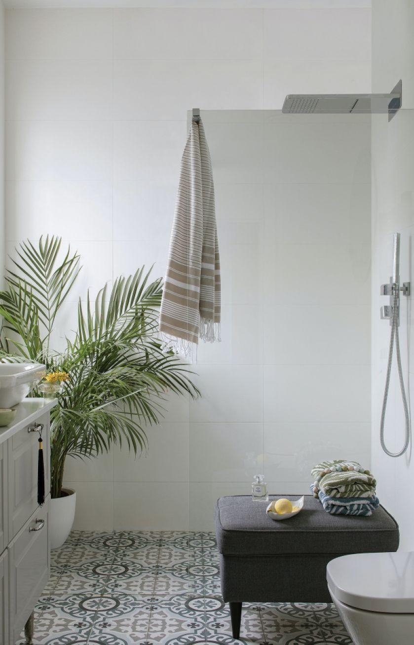 biała łazienka z orientalnymi dodatkami