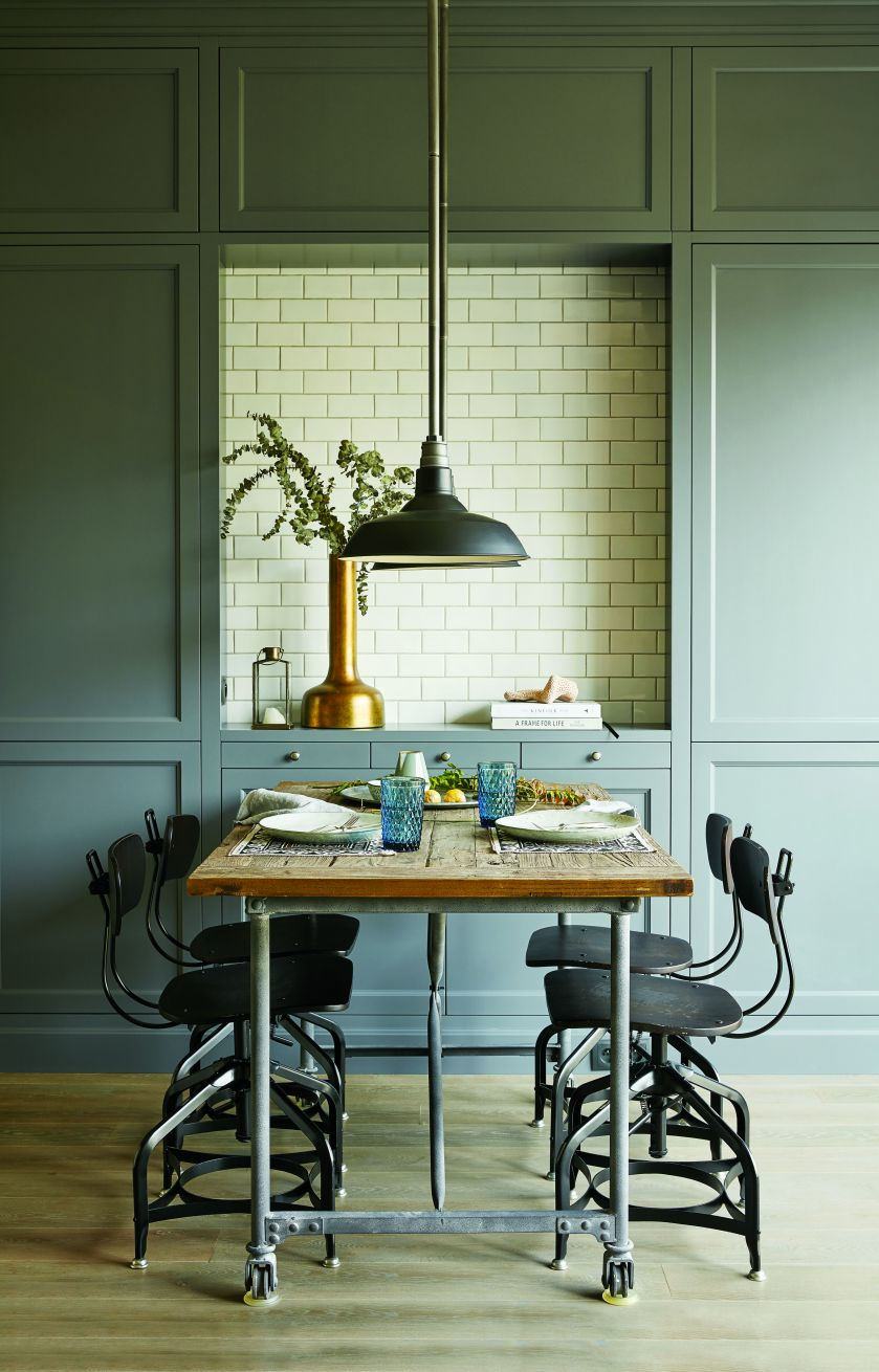 stół z krzesłami w stylu loftowym