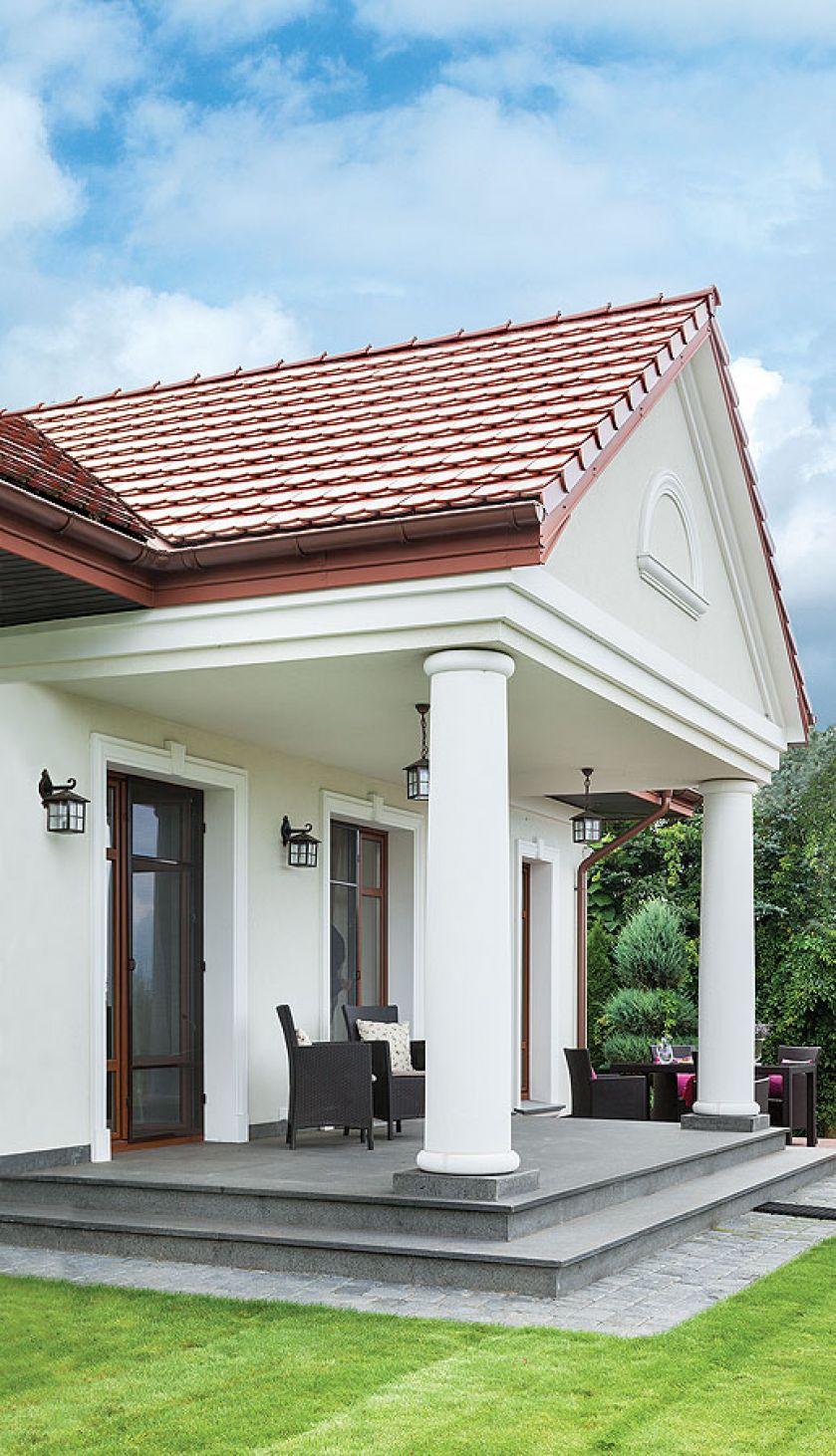 Elegancko urządzony dom z trzema tarasami. Górny kawowo-obiadowy, środkowy do leżakowania, a dolny do piknikowania