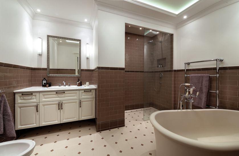 biało brązowa łazienka