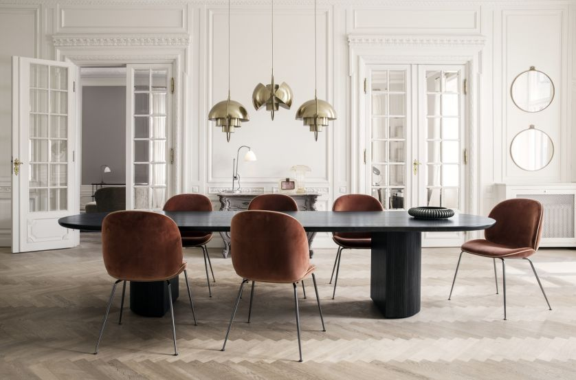 Stół GUBI, mesmetric.com. 30 stołów do jadalni z blatami z drewna, kamienia i szkła