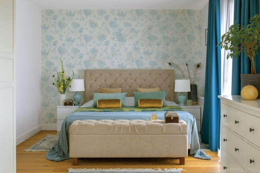 niebieska tapeta na ścianie w sypialni