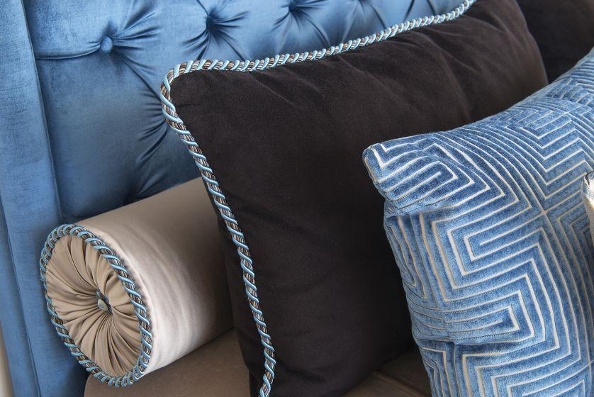 biało niebieska sypialnia poduszki