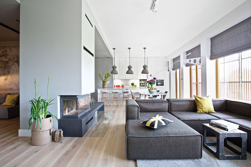 Klimat nadają w domu detale. Dizajnerskie lampy włoskiej firmy Flos, industrialne, betonowe od holenderskiej It's about RoMI albo metalowe klosze HK Living.