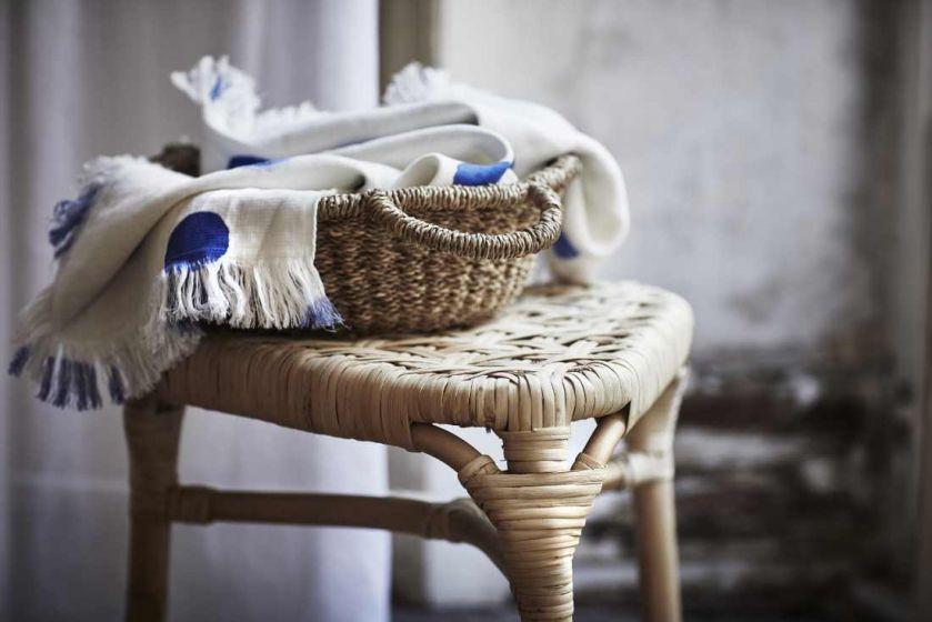 Leciutkie rattanowe fotele i ławki, kosze uplecione z morskich traw, lniana pościel w kolorze indygo,