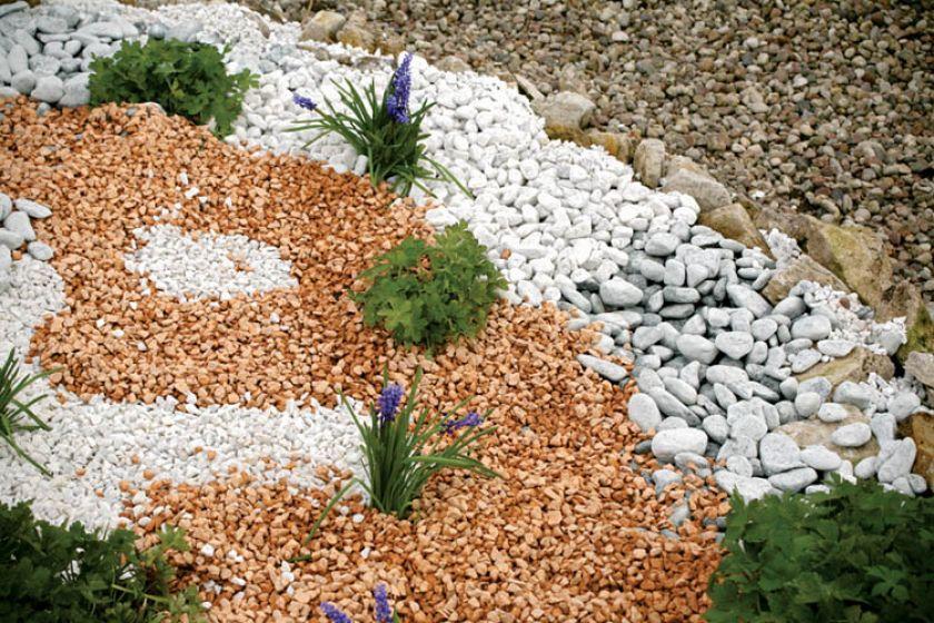 Kolorowy żwirek pięknie komponuje się z bylinami.