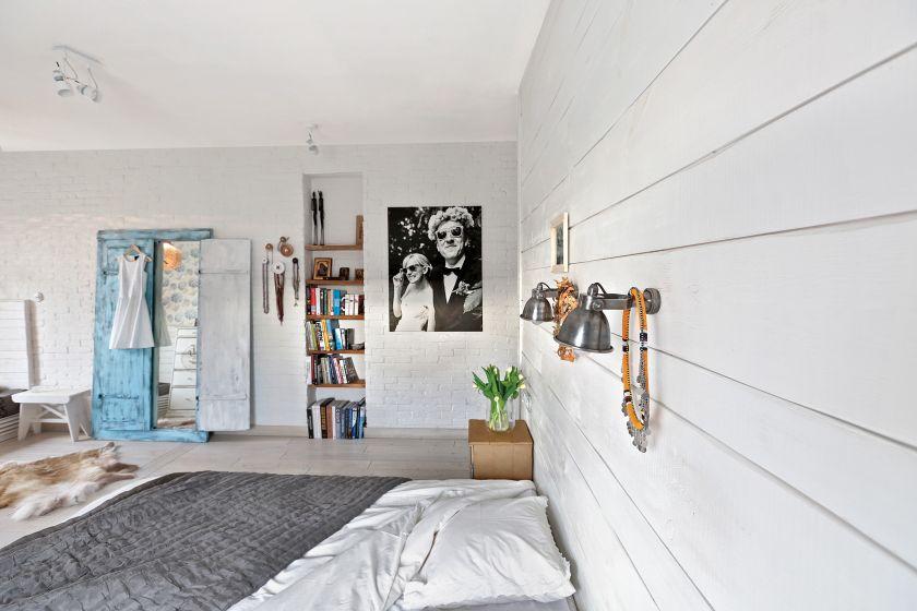 biała sypialnia na poddaszu