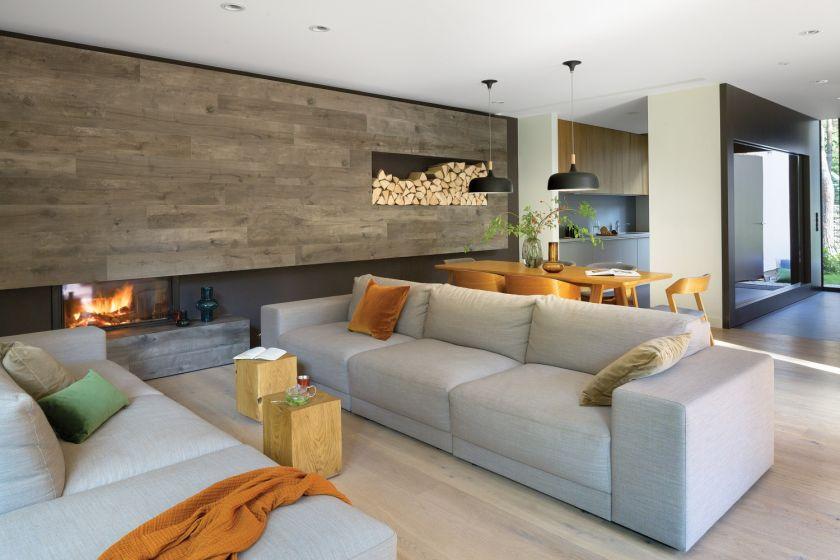 nowoczesny salon w drewnie i kamieniu