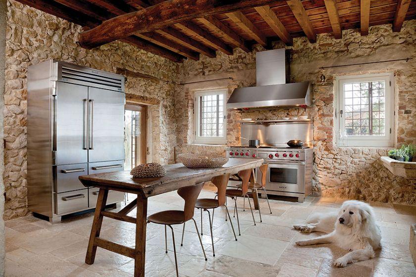 kuchnia z drewnianymi belkami