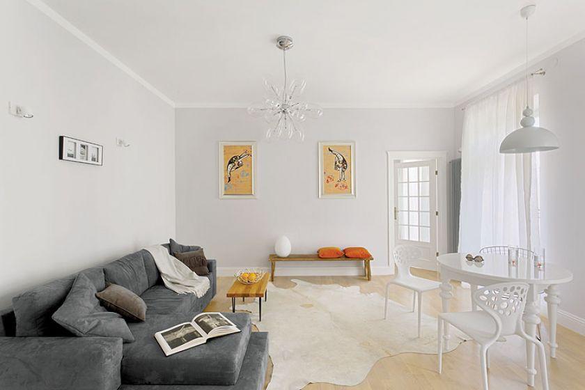 Ozdobą salonu są zrobione na zamówienie przez firmę Red Poppy obrazy z baletnicami.