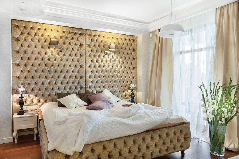 Ściana za łóżkiem to tapicerka skórzana.