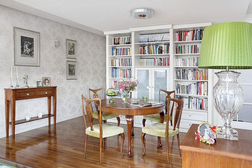 Stół i krzesła znaleziono w antykwariacie Andrzeja Rokickiego w Rembertowie.
