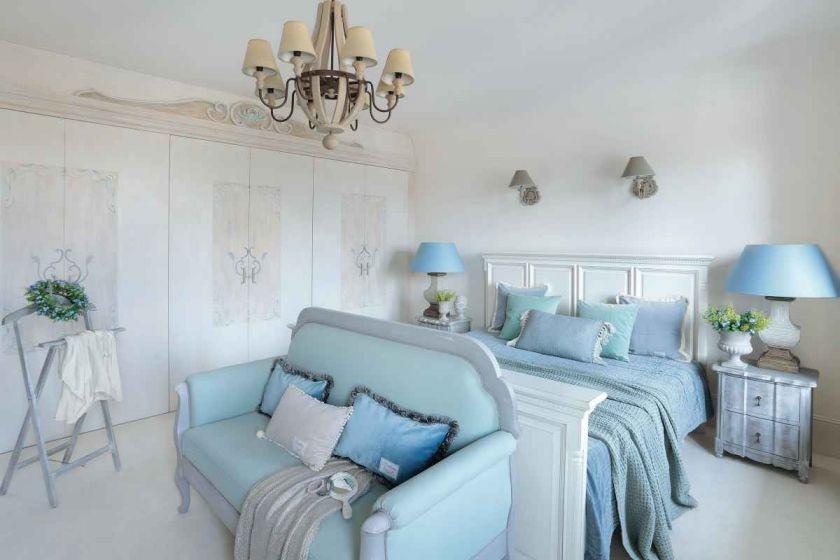 styl loftowy z francuską klasyką sypialnia