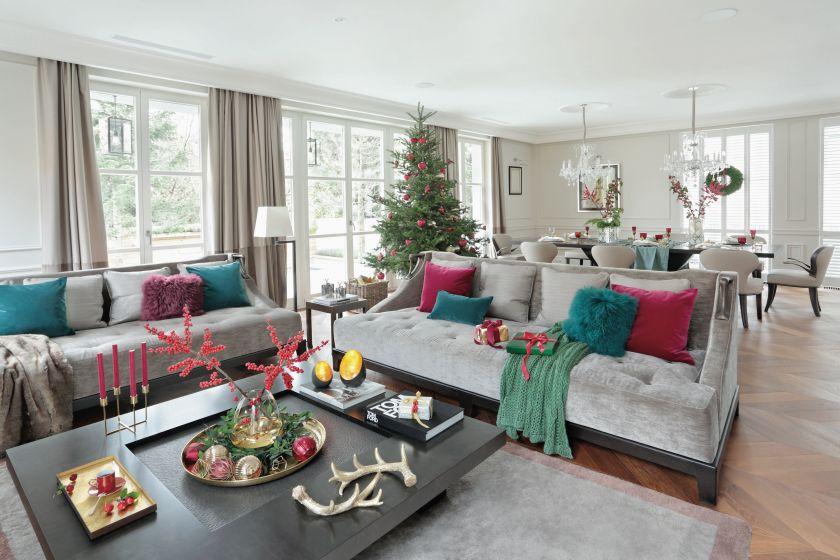 Białe mieszkanie w stylu klasycznym. Białe wnętrza pełne świątecznych kolorów