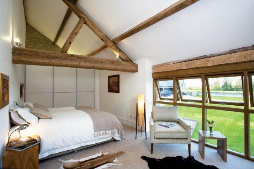 Sypialnia- w ciepłych beżach i brązach.