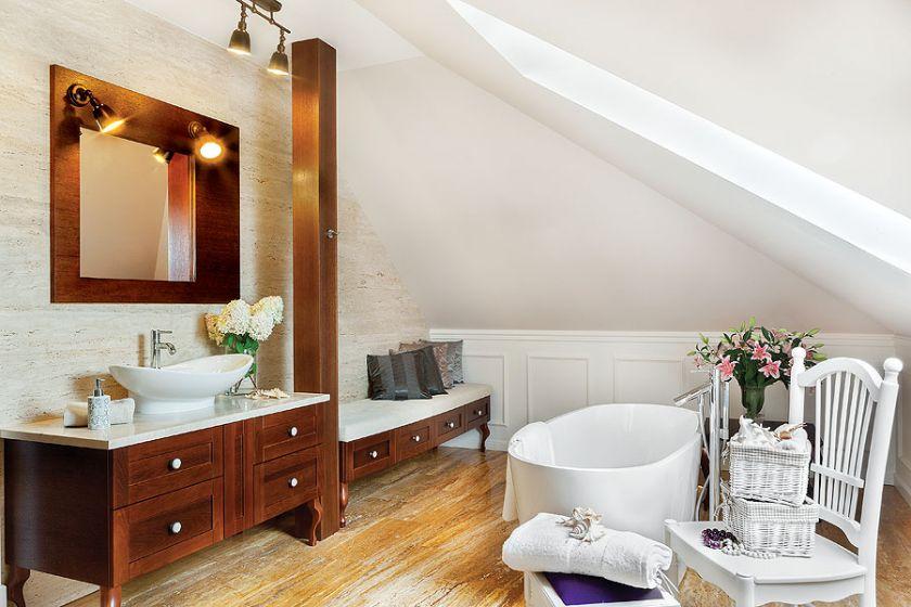 Umywalka na drewnianej stylowej szafce.