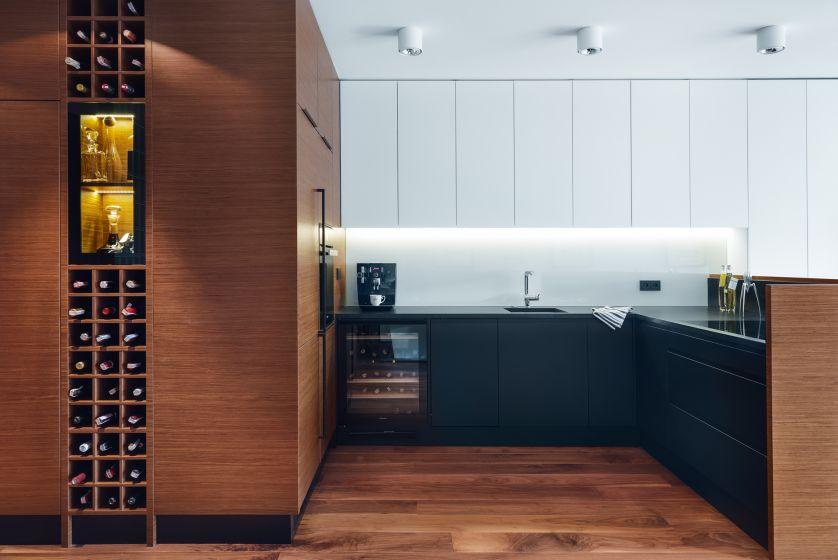 W kuchni proste meble, połączenie naturalnego drewna z bielą.