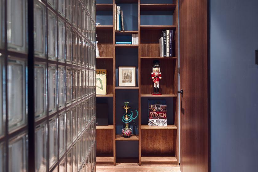 W mieszkaniu mieszają się różne faktury: szkło, drewno, kamień