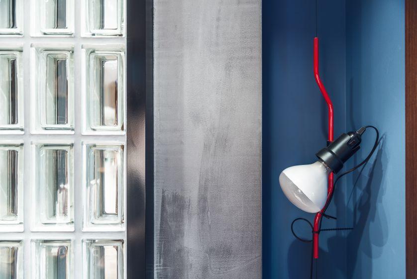 W mieszkaniu panuje zdecydowanie męski klimat – także w kolorystyce: dominują piękne zgaszone lazury, niebieskości