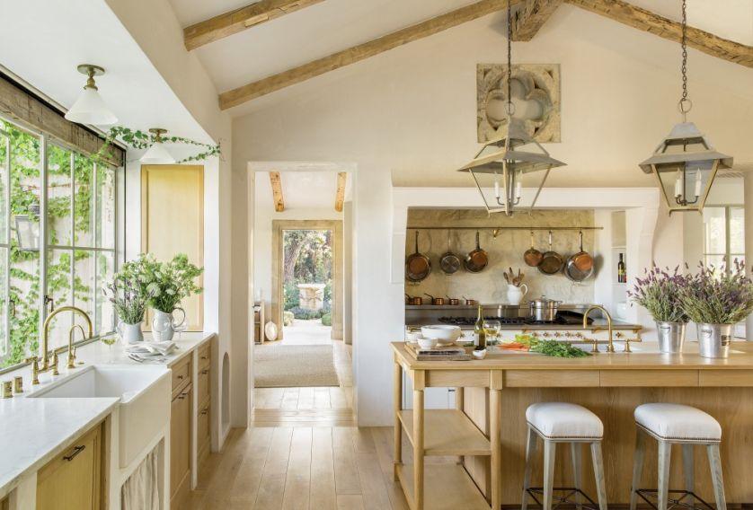 aranżacja kuchni drewno i antyki