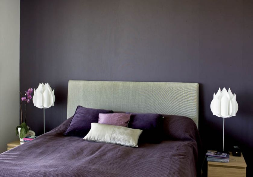sypialnia w stylu skandynawskim ciemna ściana