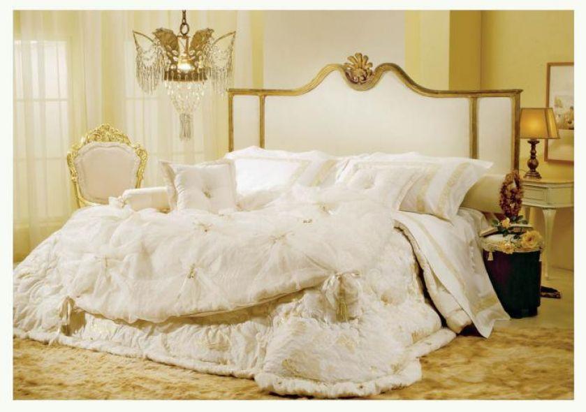 Jedwabne poduszki i satynowa narzuta będą idealne. Tkaniny Gemma firmy Lady Laura. ORIGINE ITALIA