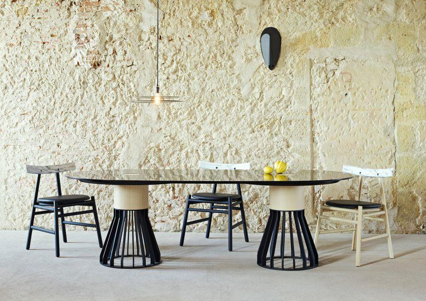 Stół Mewoma, La Chance. 30 stołów do jadalni z blatami z drewna, kamienia i szkła