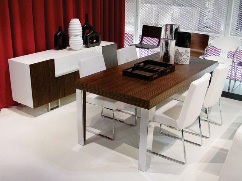 Nogi tych prostych, funkcjonalnych krzeseł są z wierzchu chromowane, a w środku drewniane. Za rozkładany