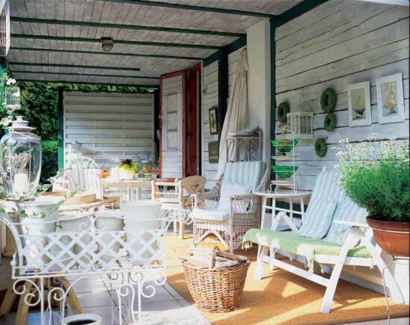 Na werandzie idealnie sprawdzą się meble ogrodowe.