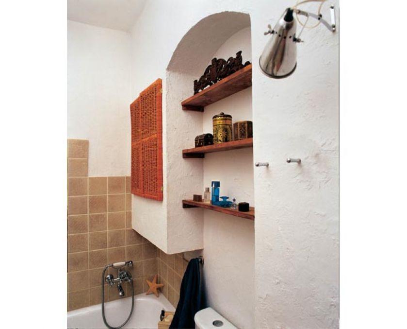 W łazience płytki są tylko tam, gdzie to konieczne. Resztę ścian pokrywają postarzane tynki. Wodomierz