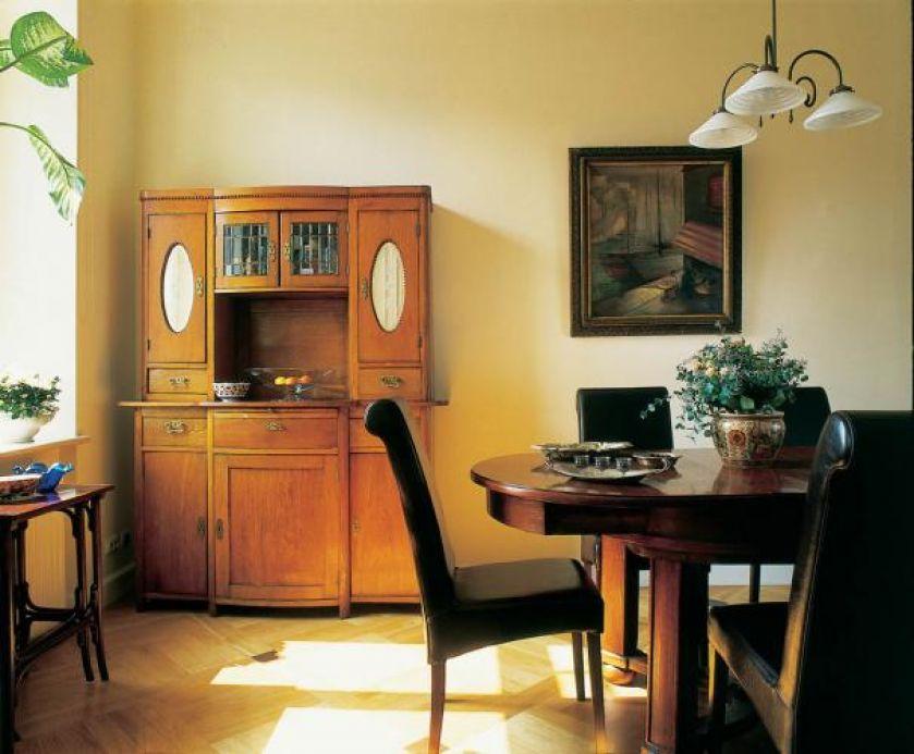 W jadalni, którą w razie potrzeby można połączyć z salonem, stoi jeden z najstarszych mebli w domu. Stuletni kredens-