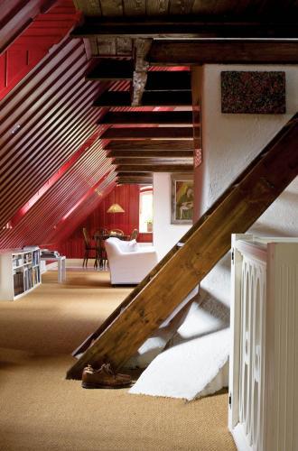 Stare schody prowadzą na antresolę, ale częściej służą gospodarzom jako półki na różne drobiazgi.